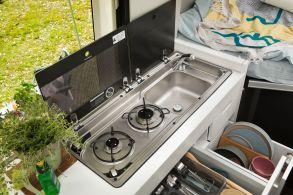 Der zweiflammige Gaskocher in der Küche. Foto: Volkswagen