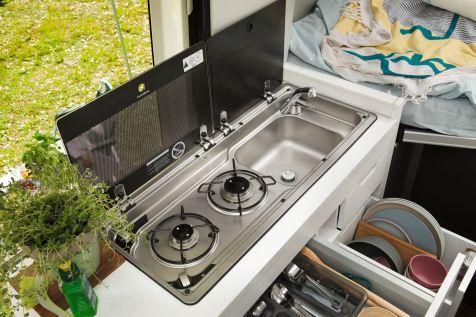 Die Küche des Grand California mit 2-Flamm Gaskocher, Spüle und vielen Staumöglichkeiten. Foto: VW