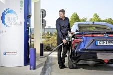 Der Toyota Mirai an einer Wasserstoff-Tankstelle. Foto: Auto-Medienportal.Net/Toyota