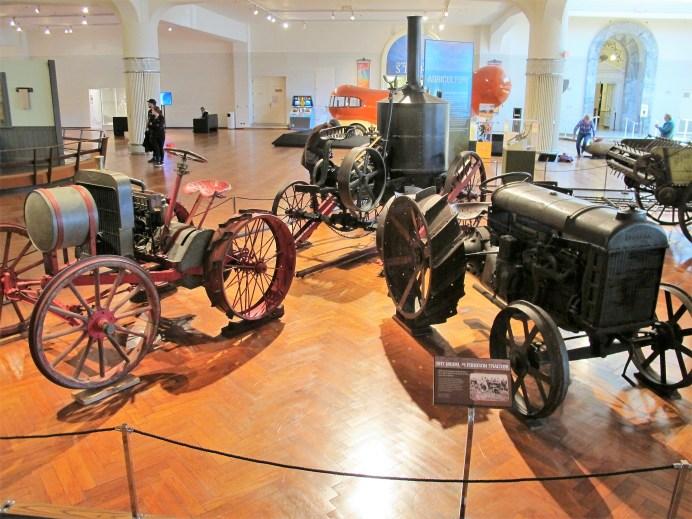 """Unter zahlreichen Landmaschinen ist auch der erste, heute noch """"moderne"""" Fordson-Traktor von 1917"""
