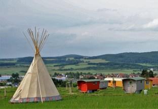 Auf dem Hofgut Hopfenburg finden Freizeit-Nomaden eine ganze Palette an Übernachtungsmöglichkeiten. Foto: Hofgut Hopfenburg