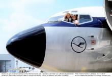 """Nicola Lisy, geb. Lunemann (links) und Evi Hetzmannseder, geb. Lausmann, die ersten von Lufthansa ausgebildeten Pilotinnen, absolvierten im August 1988 im Cockpit einer Boeing 737 als """"2. Offiziere"""" ihre ersten Linienflüge. Photo: Roland Fischer / Lufthansa 1988 D 51-3-88-67"""