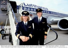 Nicola Lisy, geb. Lunemann (links) und Evi Hetzmannseder, geb. Lausmann. Photo: Roland Fischer / Lufthansa 1988 D 51-3-88-74