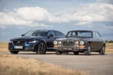 Kontrastprogramm: Ein halbes Jahrhundert liegt zwischen dem XJ der ersten Generation und dem heutigen Modell. © Jaguar