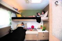 Das Kinderzimmer bietet tagsüber Sofa-Komfort und nachts bis zu drei Schlafplätze von zwei Metern Länge. Foto: Auto-Medienportal.Net/Adria
