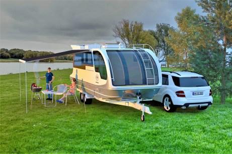 Über das Panoramafenster vorne kann man den Caravan betreten oder verlassen, dazu kann die mittig angeordnete Flügeltür geöffnet werden. Foto: Auto-Medienportal.Net/Caravanboat