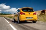 Von hinten ist der Corsa GSi vor allem am Heckspoiler als echte Rennsemmel erkennbar - und am hohen Kurventempo. © Opel