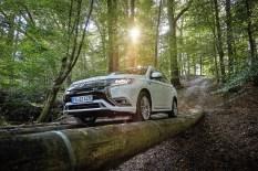 Dank Allradantrieb kein Problem: Der Mitsubishi Outlander Plug-in Hybrid im Gelände. Foto: Mitsubishi