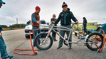 Vorbereitungen zum Geschwindigkeits-Weltrekordversuch für Fahrräder. Foto: Auto-Medienportal.Net/Porsche