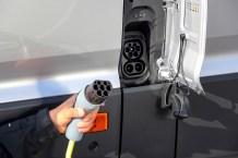 In 45 Minuten ist der e-Crafter zu 80 Prozent an einer Schnellladesäule mit 40 kW (Gleichstrom) aufgeladen, eine volle Ladung dauert rund 75 Minuten. Foto: Volkswagen