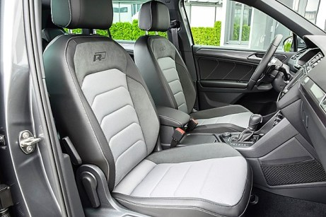 Die Sitze mit sehr gutem Seitenhalt sind von schicken Ziernähten umsäumt. Foto: Volkswagen