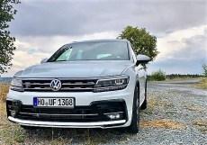 Kraftvoll und satt steht der VW Tiguan als Version R-Line auf der Straße, bietet mehr Platz als je zuvor, da die Maße um einiges gewachsen sind. Foto: Klaus H. Frank
