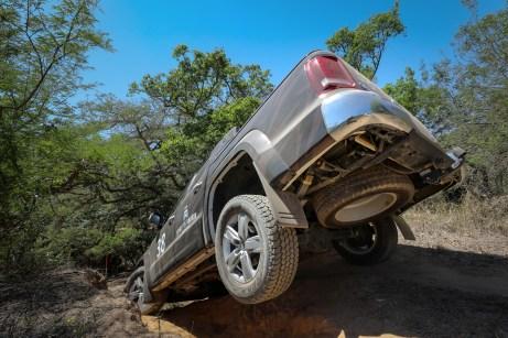 Typisches Bild: Im Wettbewerb zeigt der Amarok oft seine Bodenplatte. © VW