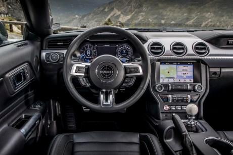 Im schwarzen Innenraum verraten dezente Erkennungsmerkmale das Sondermodell, wie etwa der Bullitt-Schriftzug auf dem Lenkrad. © Ford