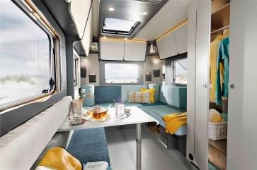 Die große Heck-Lounge, der Bistro-Tisch und die vielen Verstaumöglichkeiten des Coco sorgen für eine angenehme Atmosphäre und viel Platz. © Dethleffs