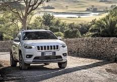 Insbesondere die Front untermauert mit ihrem markanten Look den Premium-Anspruch der Marke und vermittelt modernes Jeep-Styling. © FCA