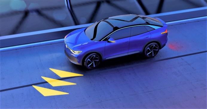 """Licht wird fortan kommunizieren. Das Auto projiziert dazu seine aktuell anste-henden Fahrmanöver – die sogenannten """"Fahrabsichten"""" – visuell sichtbar auf die Straße. Zum Beispiel das Losfahren. Dieses Manöver wird über eine nach vorn animierte Projektion kommuniziert. Foto: VW"""