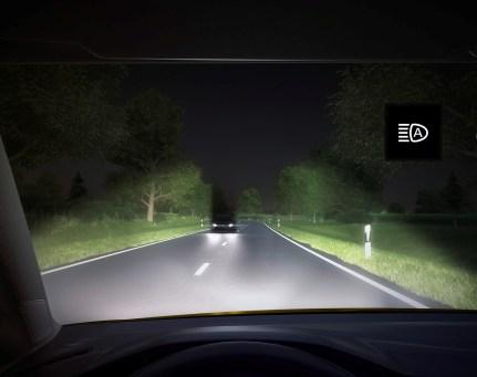 Über eine Kamera an der Frontscheibe wird der vorausfahrende Verkehr und der Gegenverkehr analysiert. Auf Basis dieser Daten schaltet sich das Fernlicht bei Geschwindigkeiten von mehr als 60 km/h automatisch ein und bleibt aktiv, ohne den Gegenverkehr zu blenden. Foto: VW