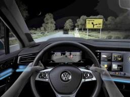 Die IQ.Light – LED Matrixscheinwerfer schauen bis zu 130 Meter weit in die Dunkelheit, warnen den Fahrer und aktivieren die Bremsbereitschaft. Foto: VW