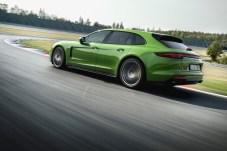 Sportlicher Praktiker: Mit großem Kofferraum und 460 PS unter der Haube kommt man mit reichlich Gepäck rasch ans Ziel - solange die Autobahn so frei ist wie die Rennstrecke. © Porsche