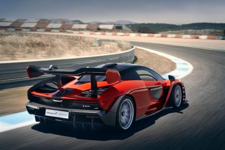 Dank ausgefeilter Aerodynamik saugt sich der Senna regelrecht auf dem Asphalt fest. © McLaren