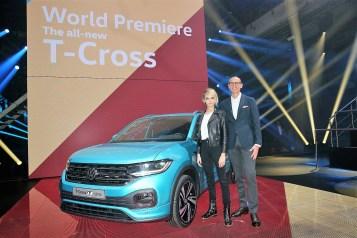 Ralf Brandstätter, CEO der Marke VW, und Cara Delevingne stellen den neuen VW T-Cross vor. Foto: VW