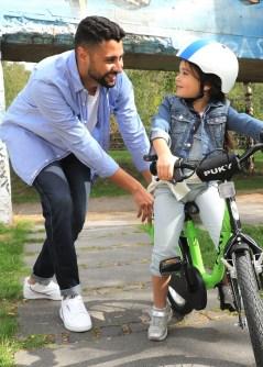 Die erste Fahrt mit dem Kinderfahrrad - Papa gibt noch ein bisschen Unterstützung. Foto: Auto-Medienportal.Net/Pressedienst Fahrad