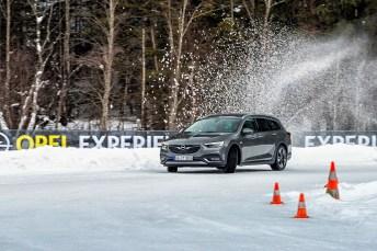 Im Salzburger Land lernen die Teilnehmer an zwei Trainingstagen, was es bedeutet, auf Eis- und Schneepisten richtig zu reagieren. Hier der Opel Insignia Country Tourer. Foto: Opel