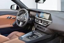 Fahrer und Beifahrer nehmen auf modellspezifischen Sportsitzen mit integrierten Kopfstützen Platz. Der BMW Z4 sDrive30i hat serienmäßig die Lederausstattung Vernasca, der BMW Z4 M40i eine Leder-/Alcantara- Ausstattung an Bord. Foto: BMW