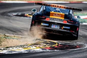 Randstein-Räuber: Im Porsche Carrera Cup wird mit harten Bandagen gekämpft. © Porsche
