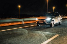 Der Fernlichtassistent erkennt entgegenkommende und vorausfahrende Fahrzeuge und reagiert entsprechend mit der automatischen Ein- und Abschaltung des Fernlichts. Foto: Seat