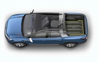 Ein Novum ist die Variabilität der großen Ladefläche: Sie kann durch die klappbare Rückwand der viertürigen, geräumigen Doppelkabine verlängert werden. Foto: Volkswagen