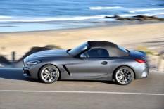 Das Textilverdeck ist serienmäßig in Schwarz und optional in Anthrazit mit Silbereffekt gehalten. Foto: BMW
