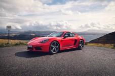 Der 2,0 Liter-Vierzylinder-Turbo beschleunigt den Cayman in 4,7 Sekunden auf Tempo 100, den Boxster in 5,1 Sekunden. © Porsche
