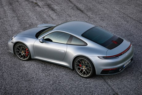 Eine durchgehende LED-Einheit und das senkrechte dritte Bremslicht dominieren das Heck. © Porsche