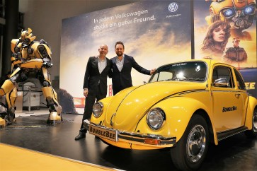 """Bumblebee""-Sneaktpreview in der Autostad. Moderator Steven Gätjen (rechts) mit Jost Körfer vom Team der Autostadt. Foto: Auto-Medienportal.Net/Autostadt."