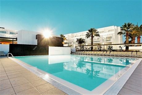 Das Vier-Sterne-Hotel Sentido Aequora Lanzarote, nur 250 Meter vom Sandstrand von Playa de los Pocillos entfernt, bietet Familien den idealen Rahmen für entspannte Urlaubstage. Foto: Neckermann
