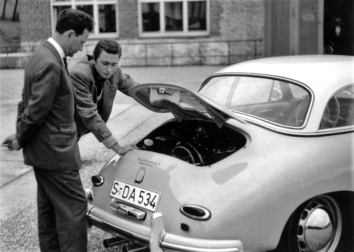 Ferry Porsche (li.) mit seinem ältesten Sohn Ferdinand Alexander am Heck eines Porsche Typ 356 A Carrera Hardtop (1958). Foto: Auto-Medienportal.Net/Porsche