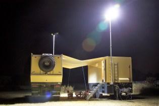 Sowohl das Expeditionsmobil als auch der Anhänger sind mit Lichtmasten und ausfahrbaren LED-Arbeitsscheinwerfern versehen. Foto: Auto-Medienportal.Net/Unicat