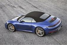 Das Verdeck kann bis zu einer Geschwindigkeit von 50 km/h geöffnet oder geschlossen werden. Die neue Dach-Hydraulik verkürzt die Öffnungszeit auf rund zwölf Sekunden, ein elektrisch ausfahrbares Windschott nimmt dem Sturm im Nacken die Spitze. Foto: Auto-Medienportal.Net/Porsche