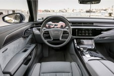 Schick, aber dezent: das Cockpit von Audis Oberklasse-Limousine A8. © Audi