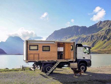 Der mit hinterlüfteter Holz- und Schafswolle gedämmte Aufbau der Bumo Wohnbox besteht aus einem Rahmen aus stabilem Aluminium und aus Zirben- und Eichenholz, die Außenwand besteht aus Sibirischer Lärche. Foto: Auto-Medienportal.Net/Bumo