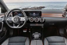 Klare Linien und modernste Technik: der Innenraum des neuen Mercedes CLA. © Daimler
