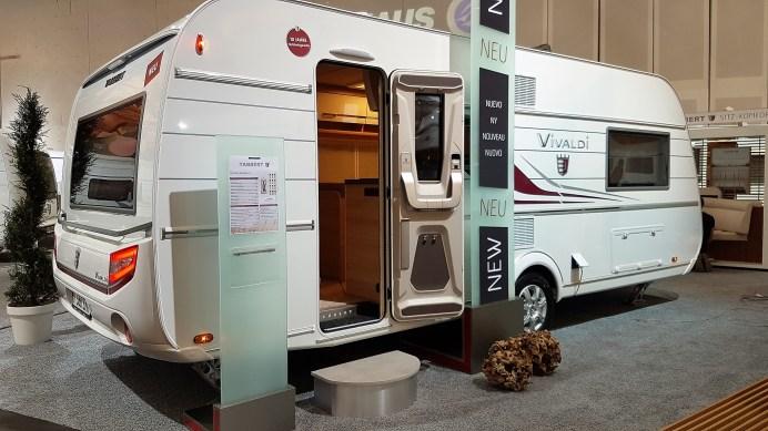 Überarbeitet wurde die Caravan-Serie Vivaldi bei Tabbert, vier Grundrisse, alle mit dem neuen Zweiwege-Kühlschrank, gibt es ab 24 500 Euro einschließlich der serienmäßigen Truma C Kombi, die heizt und das Wasser wärmt. Foto: Auto-Medienportal.Net/Michael Kirchberger