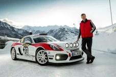 Walter Röhrl am Porsche Cayman GT4 Rallye. Foto: Auto-Medienportal.Net/Porsche