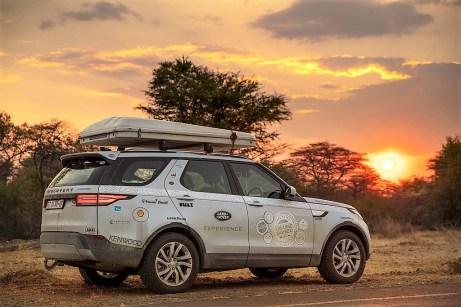 """Die Insassen der Geländewagen tragen T-Shirts mit der Aufschrift """"KaZa 2019"""". Diese Chiffre ziert auch die nächste Landrover Experience Tour, die 13. in den letzten 18 Jahren. Foto: Auto-Medienportal.Net/Land Rover/Craig Pusey"""