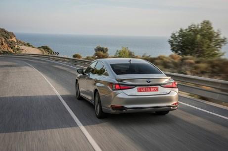 Pfeile am Heck: Die schlanken Rückleuchten setzen sich in der Kofferraumklappe fort. © Lexus