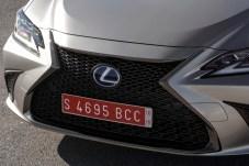 """Typisch für Lexus: Der Kühlergrill dominiert als großes """"X"""" die markante Nase. © Lexus"""