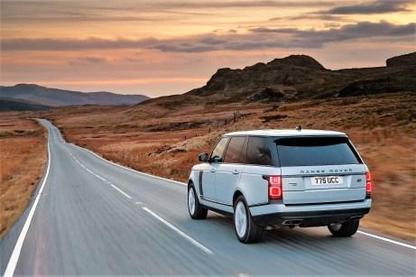 Ein Vier-Zylinder-Turbobenziner der Ingenium-Reihe mit zwei Liter Hubraum liefert zu 404 PS (297 kW) Systemleistung 300 PS (221 kW) zu, der Elektromotor 143 PS (105 kW) an alle vier Räder. Foto: Auto-Medienportal.Net/Jaguar Land Rover