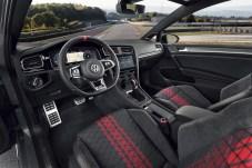 Sportsitze, eine 12-Uhr-Markierung am belederten Lenkrad und rote Sicherheitsgurte sind die markantesten Einrichtungsdetails. Foto: Auto-Medienportal.Net/Volkswagen